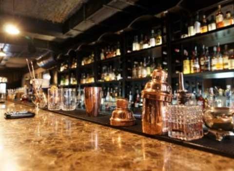バーでウイスキーを飲む