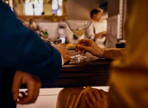 バーでお酒を飲む