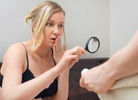 固くなった男性器を見る女性